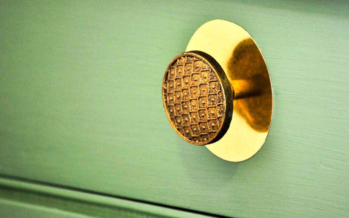 Featured Image for Metallic Vinyl Dresser Knob Accent (#101510)